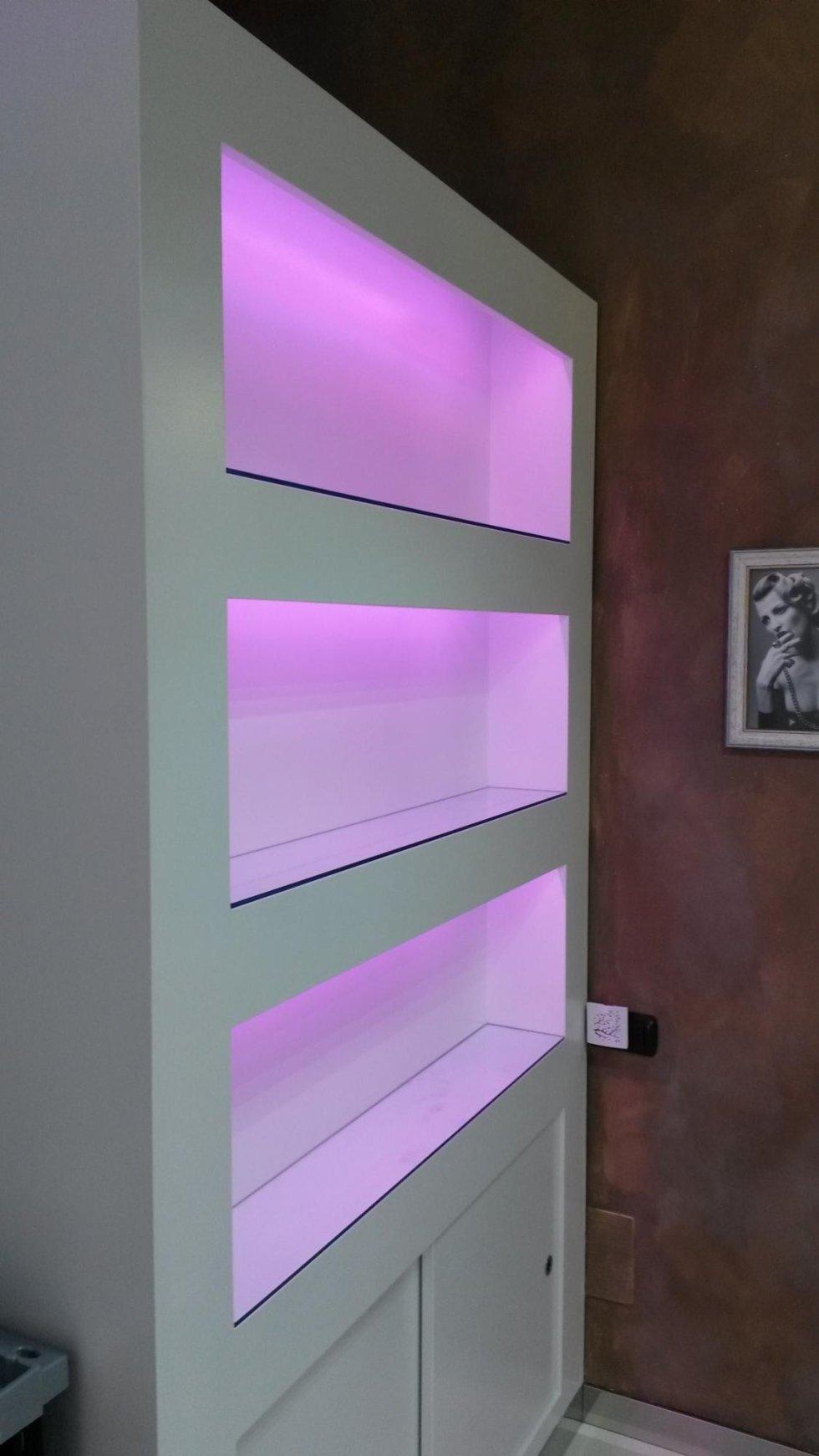 Ripiani in vetro su scaffalatura con illuminazione a LED