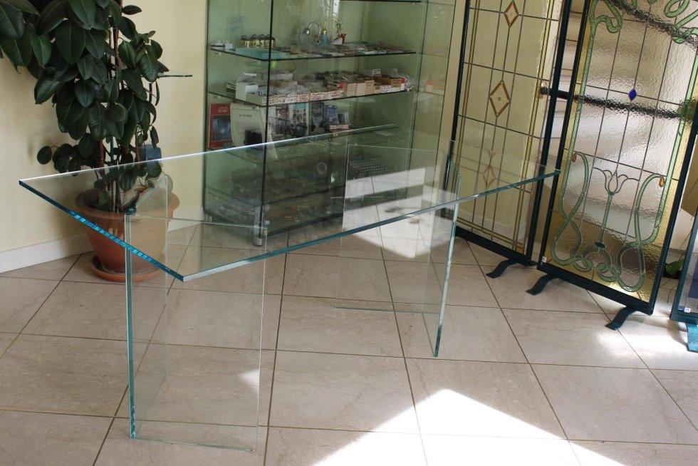 Tavolo in Extrachiaro con gambe in vetro