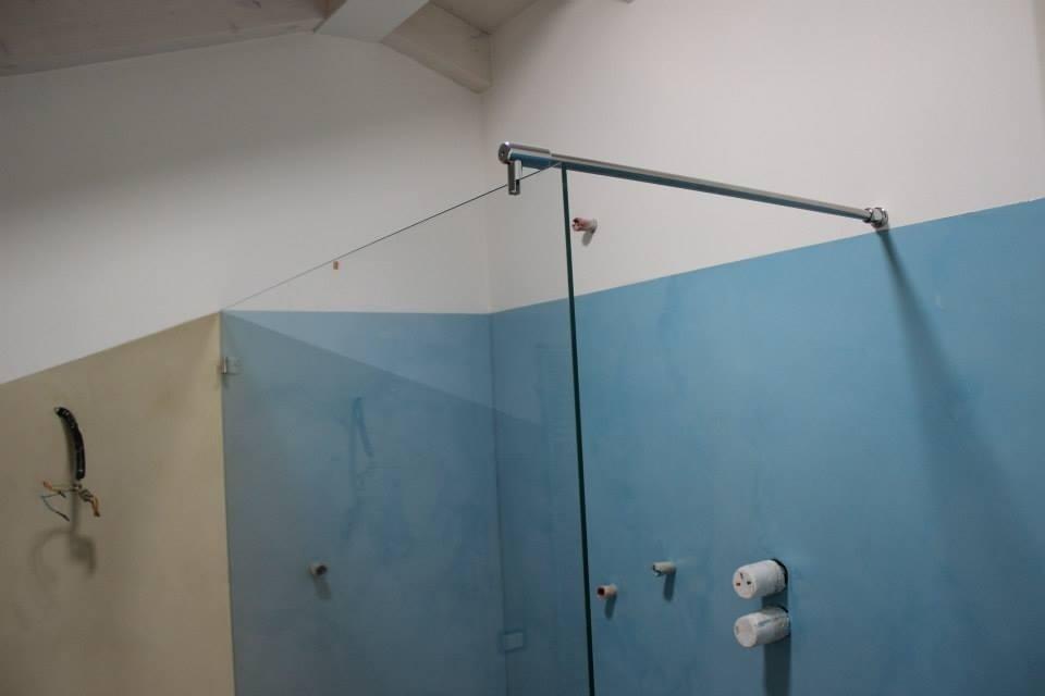 Box doccia con parete di vetro singola e tirante