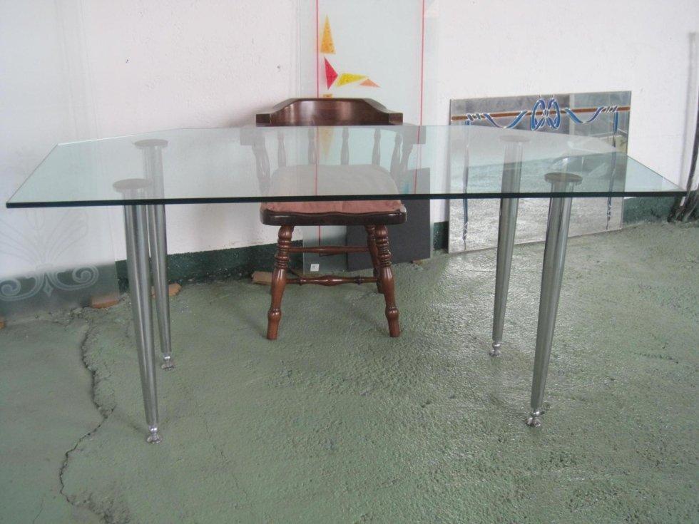 Tavolo in Float con gambe in acciaio