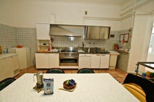 vista frontale del tinello di una cucina con un tavolo bianco in primo piano