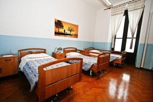 stanza con tre letti singoli