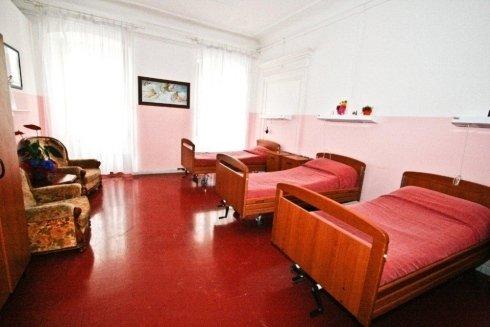 camera con tre letti singoli e  televisione