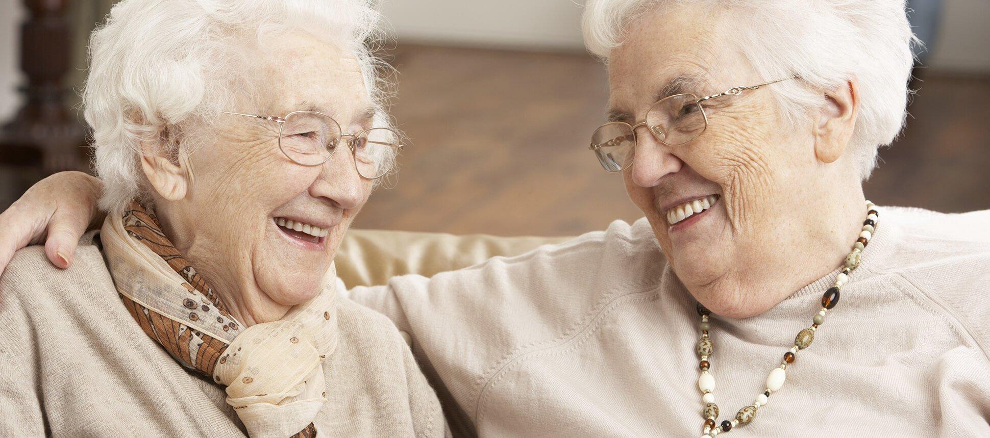 due donne anziane chiaccherano e sorridono tra di loro