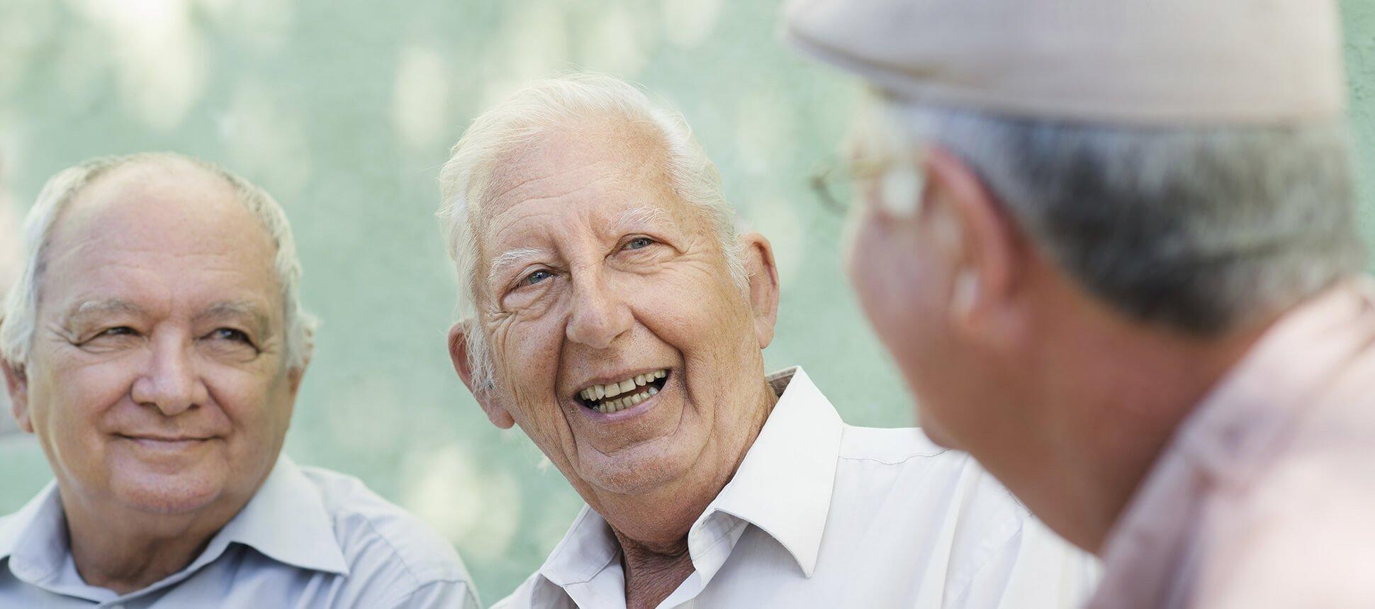 tre uomini anziani mentre parlano