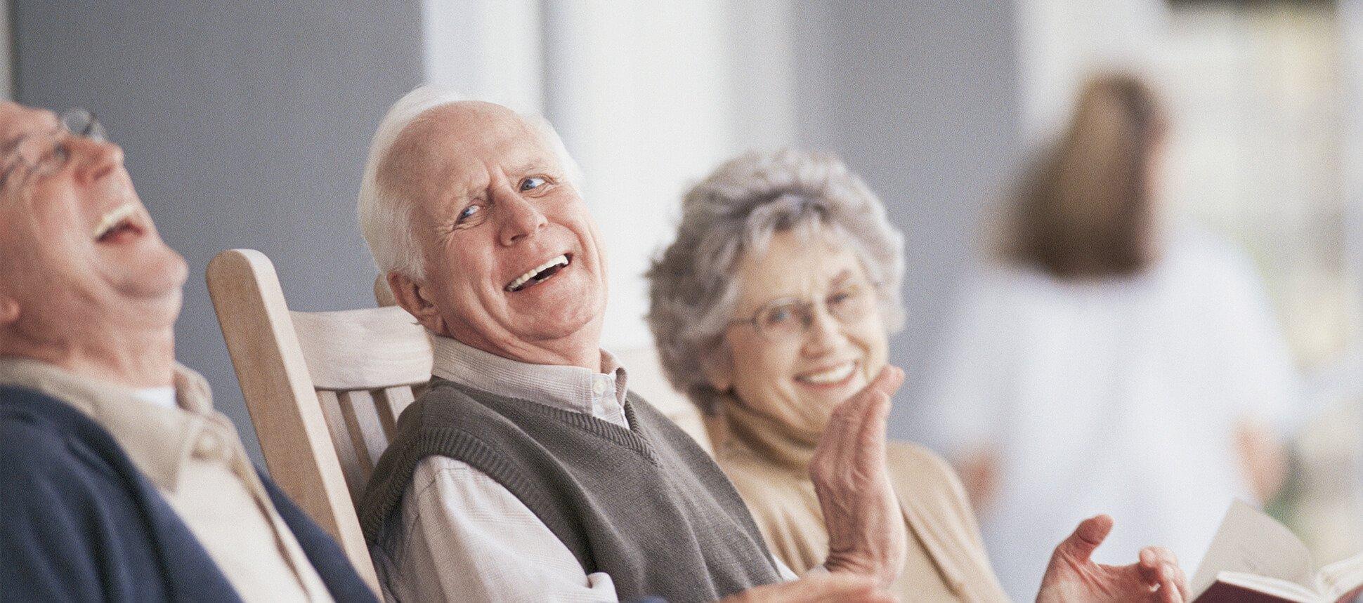 tre persone anziane mentre ridono