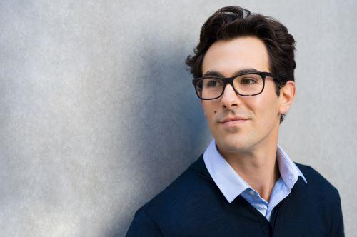 modello con degli occhiali da vista