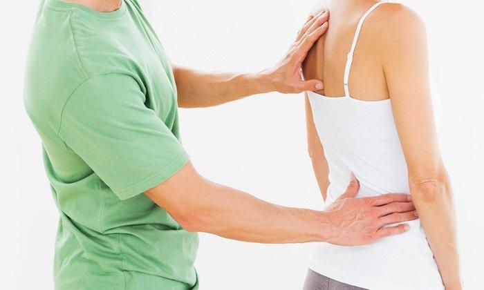 medico controlla la schiena a una paziente