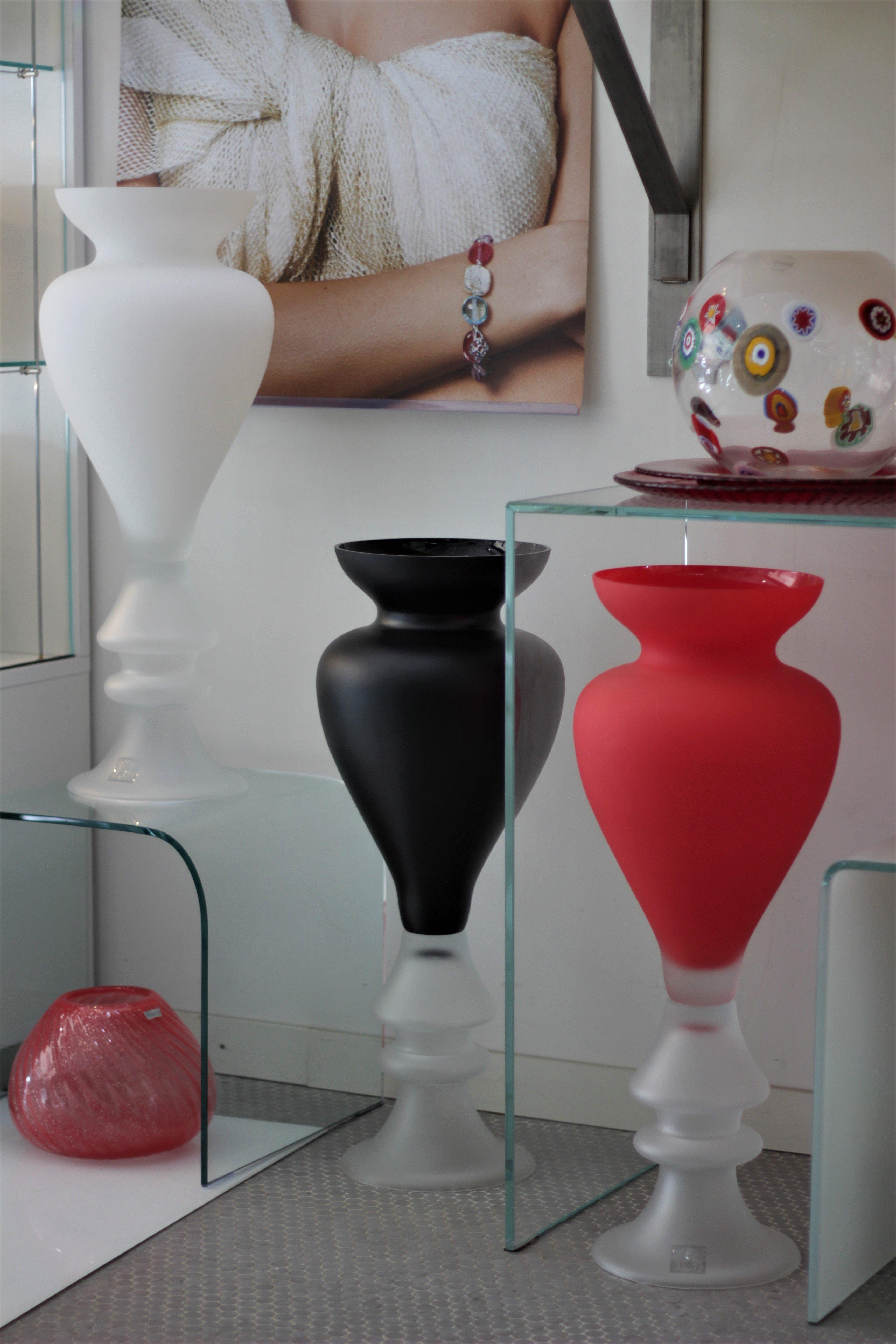 vasi in vetro soffiato, rosso e nero
