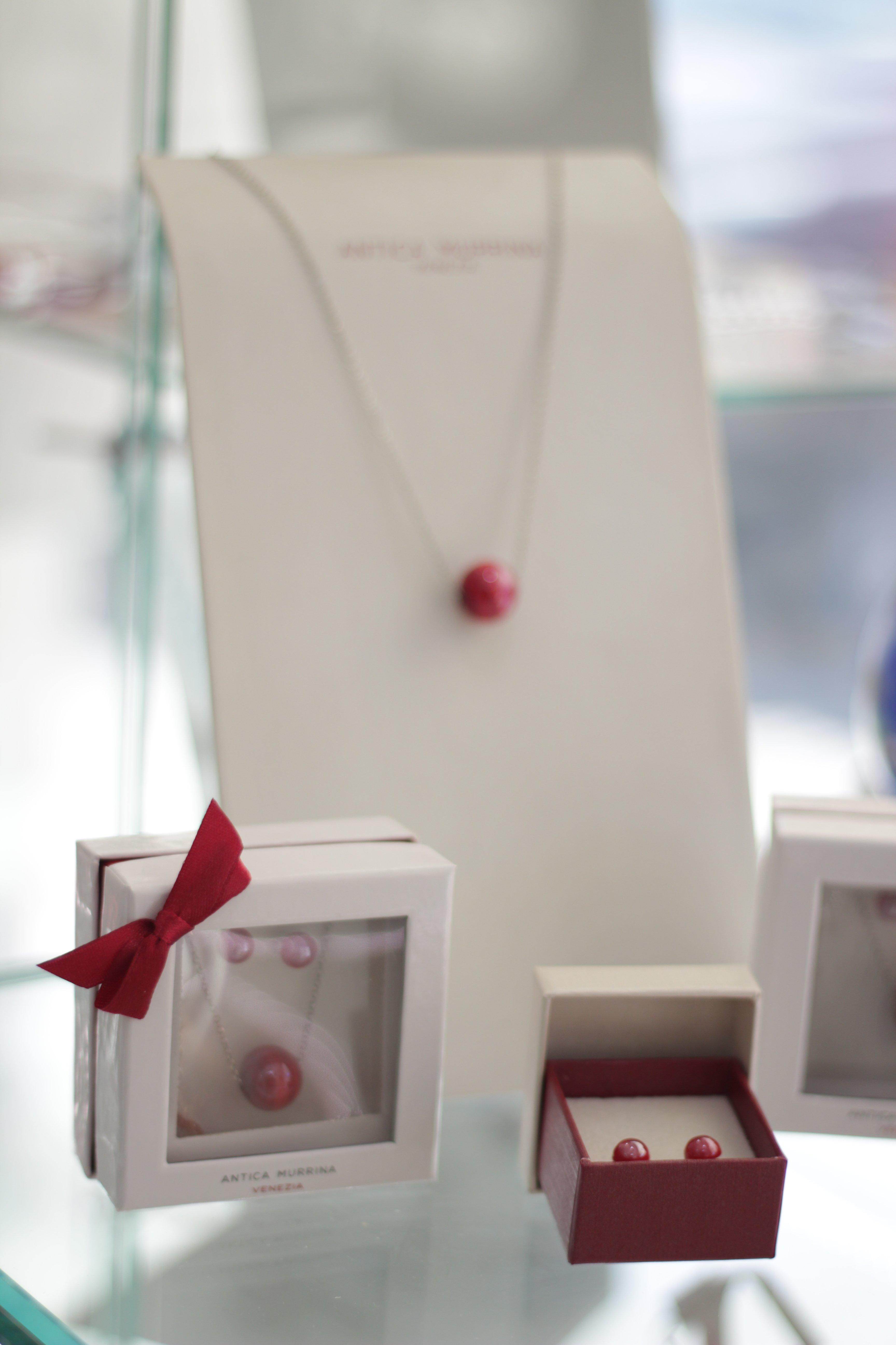 gioielli rossi in vetro