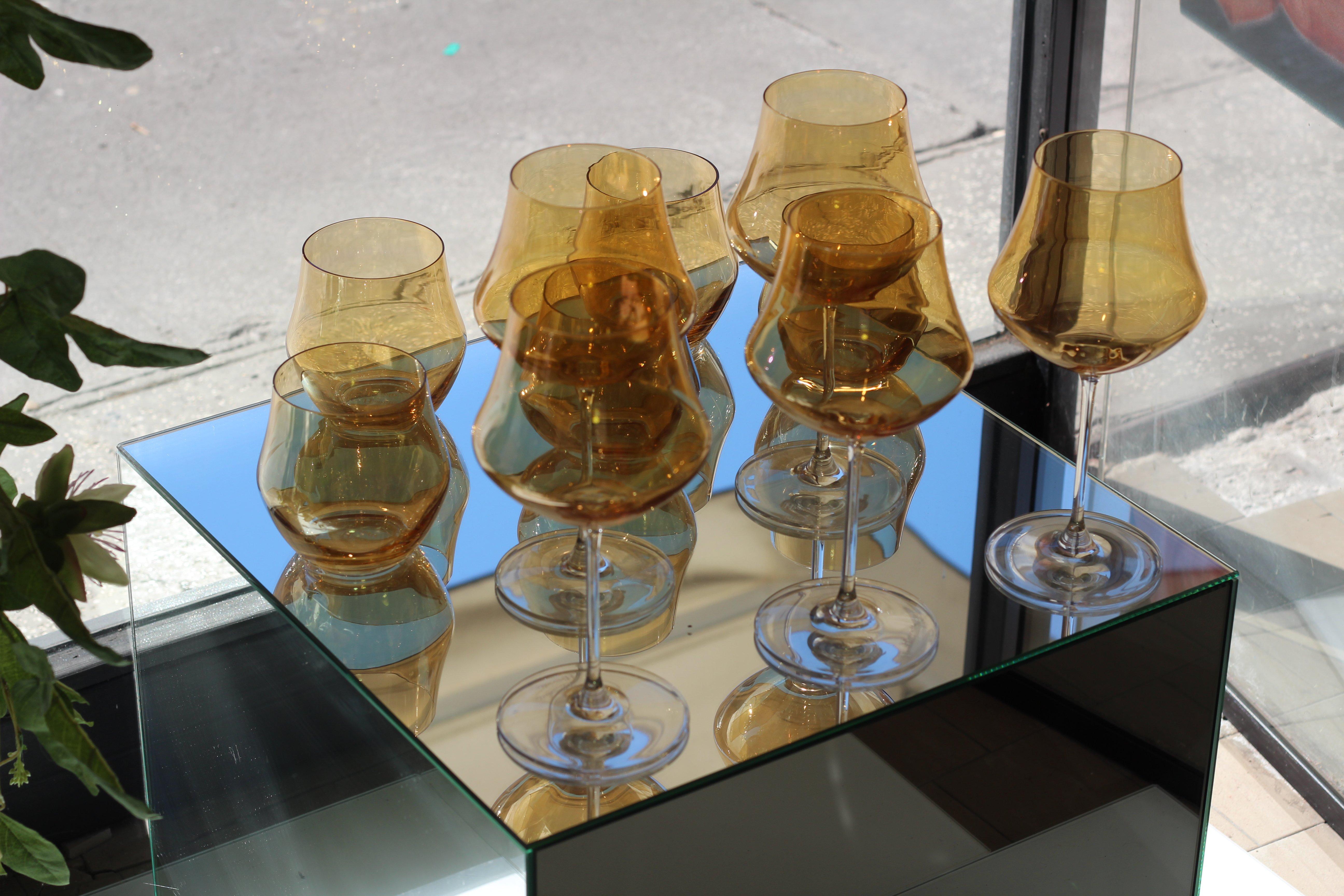 calici e bicchieri in vetro dorato