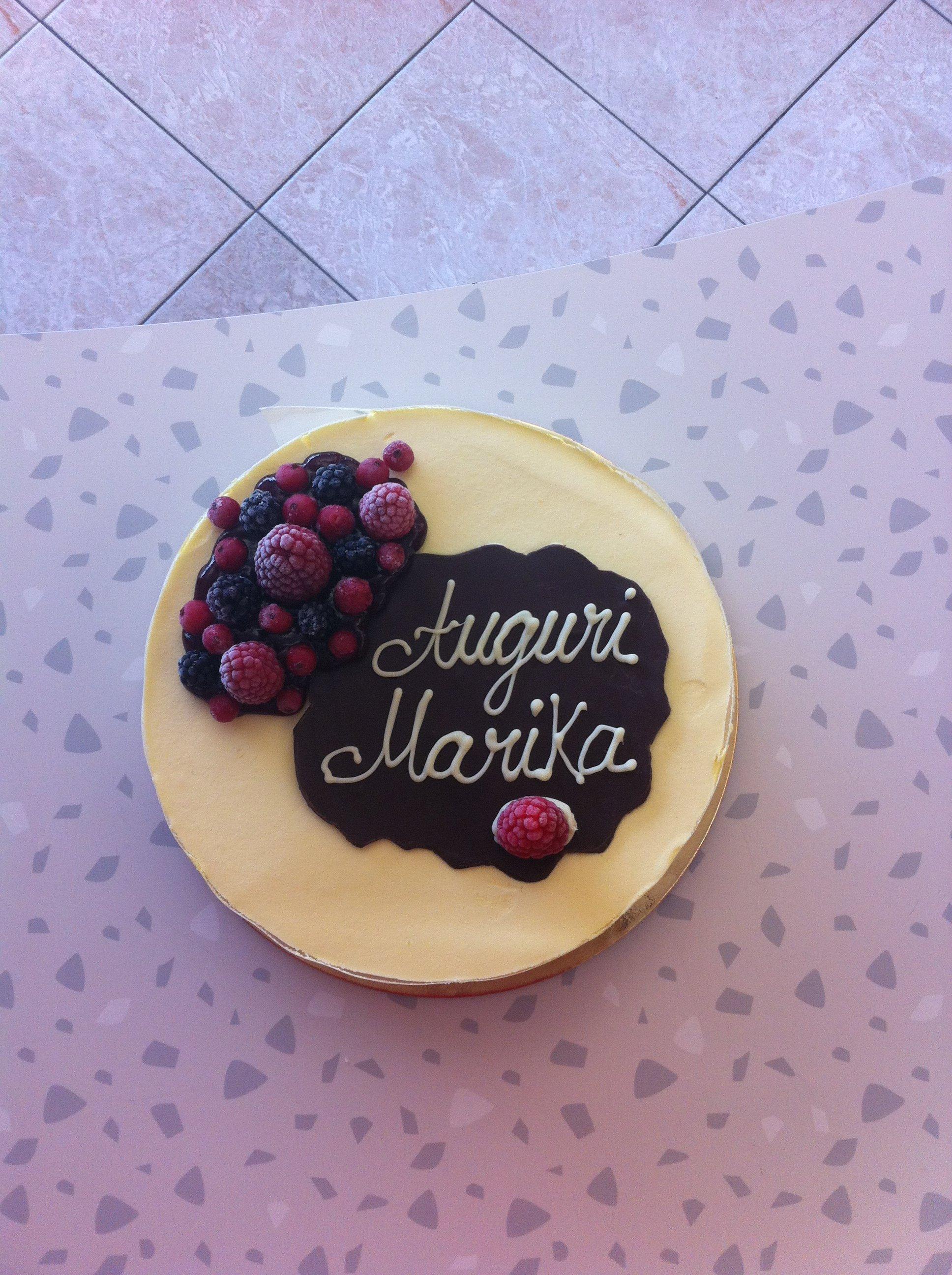 torta con scritto auguri Marika