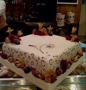 una torta con  fragole ricoperte di cioccolato