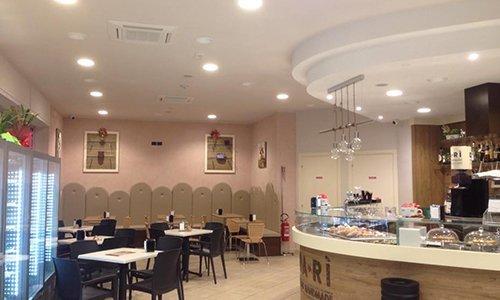 dei tavoli, sedie e vista di un bar