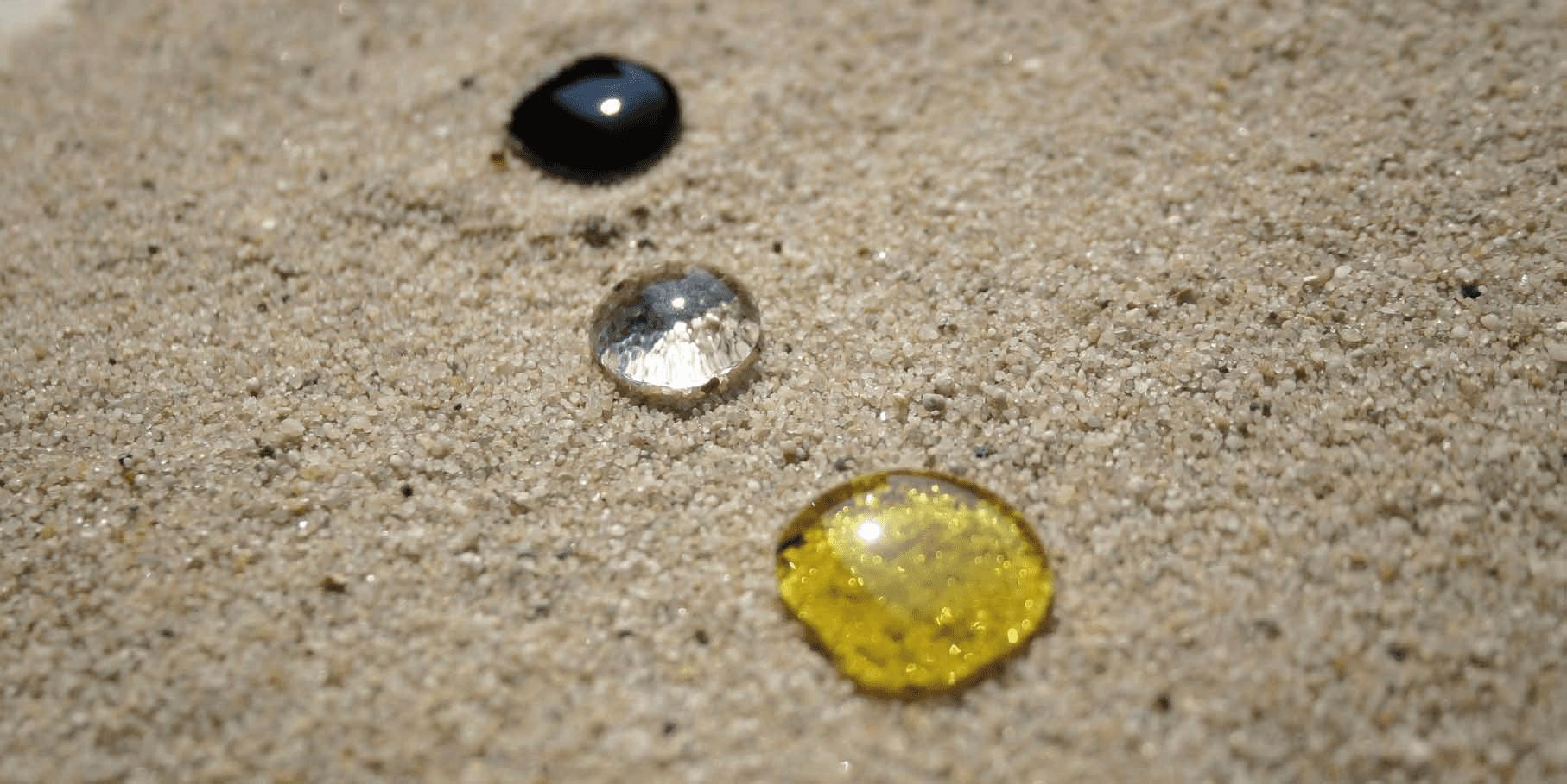 Tre gocce di liquido su una moquette