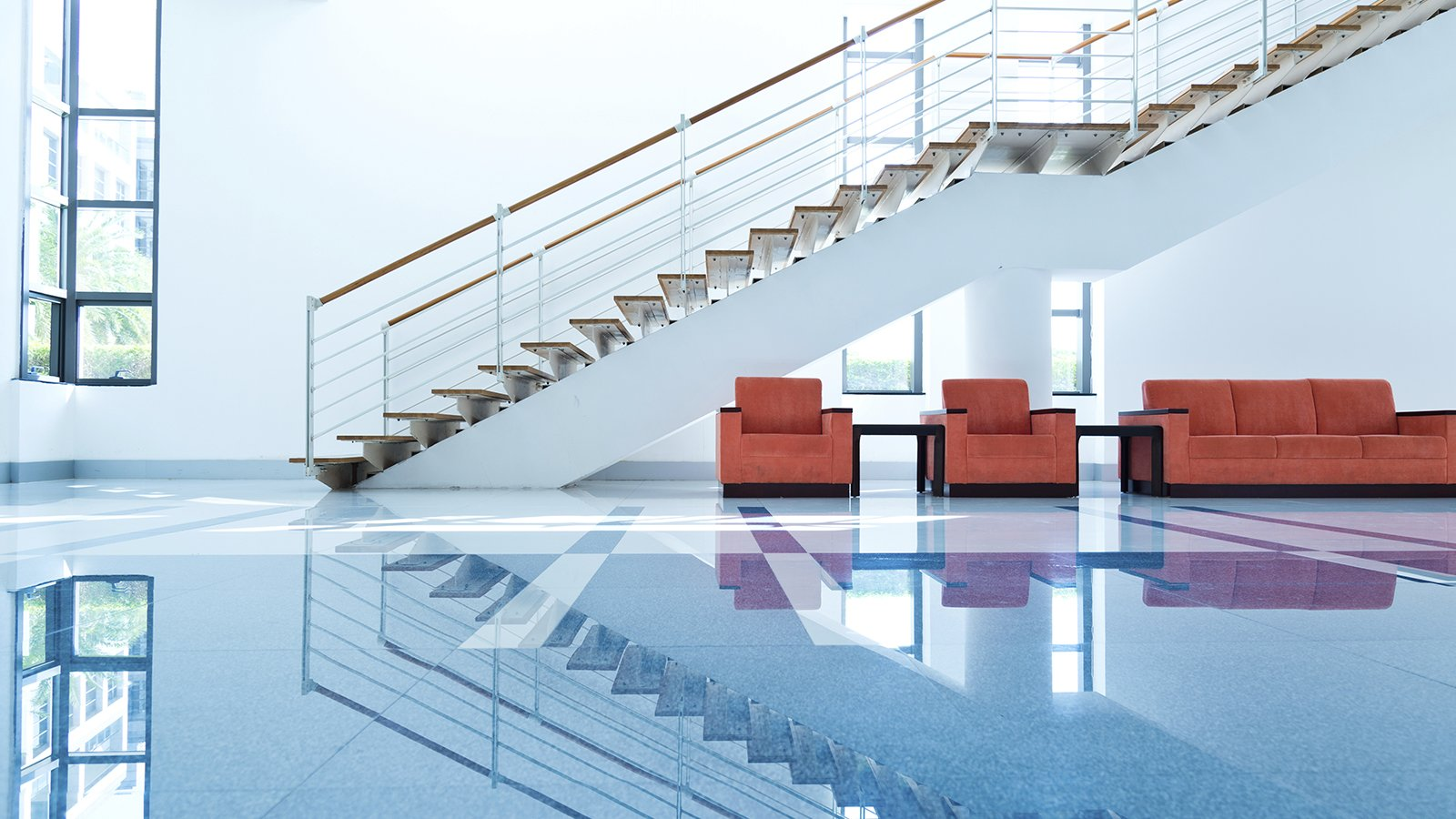 Salone con scala interna e pavimento lucidato