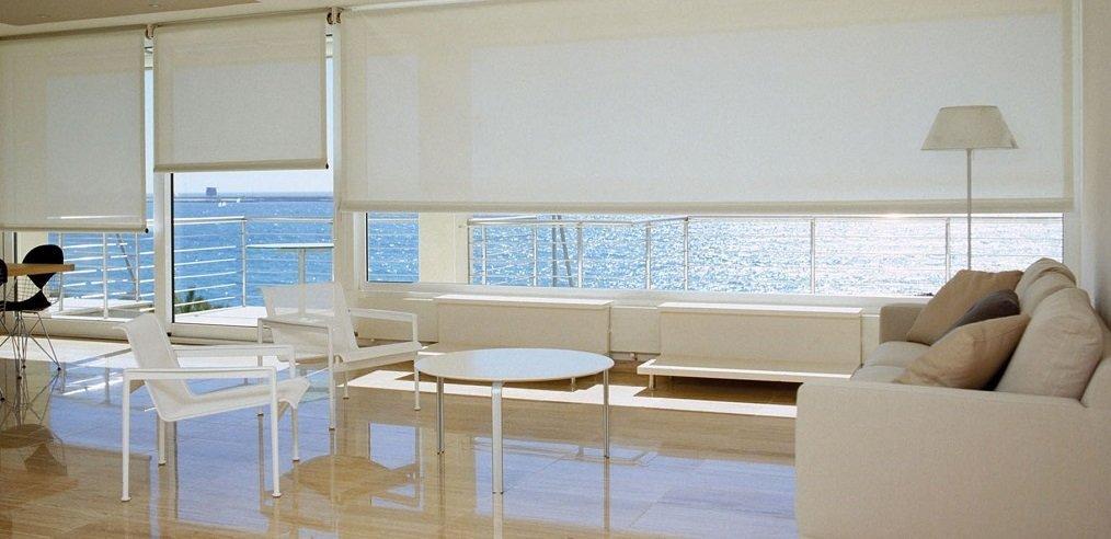 una sala con un divano, un tavolino e due sedie