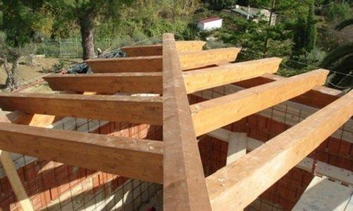 una struttura in legno per un tetto