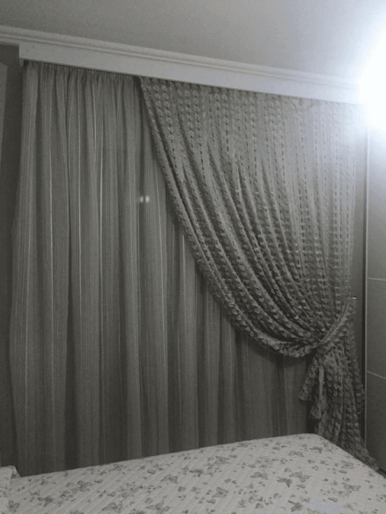una tenda grigia ed un materasso