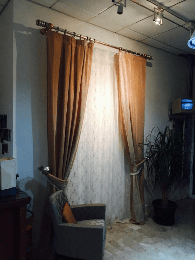 una tenda, una poltrona ed una pianta
