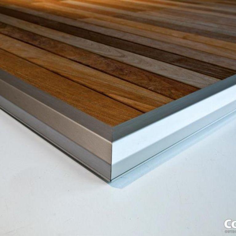 dettaglio di un piano rialzato con assi di legno