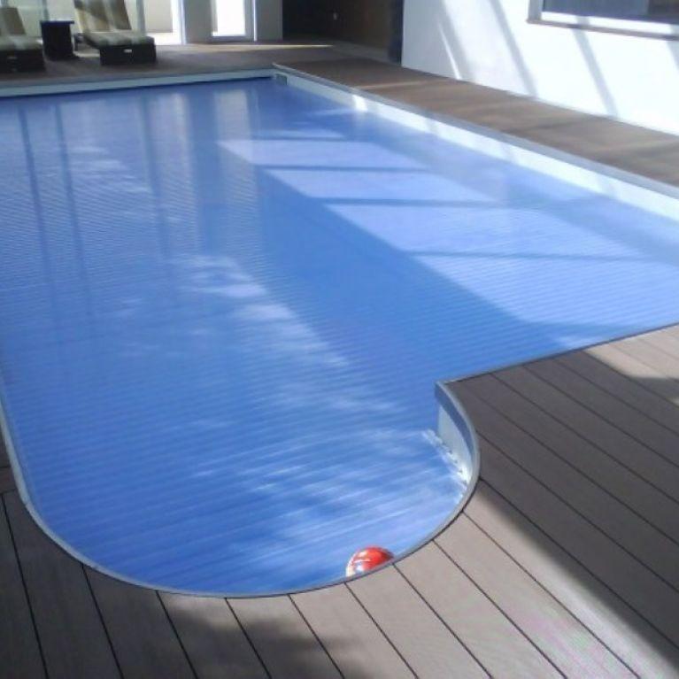 una piscina con bordo in legno