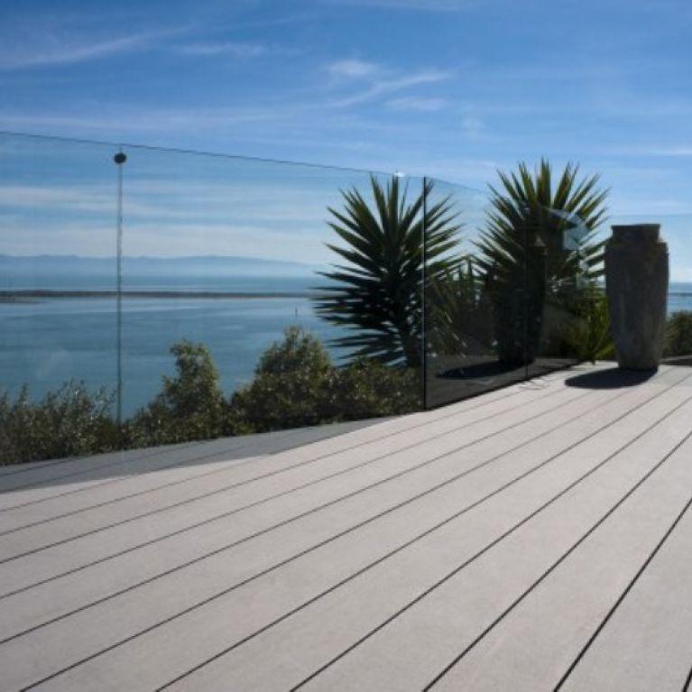 passerella di legno con vista mare