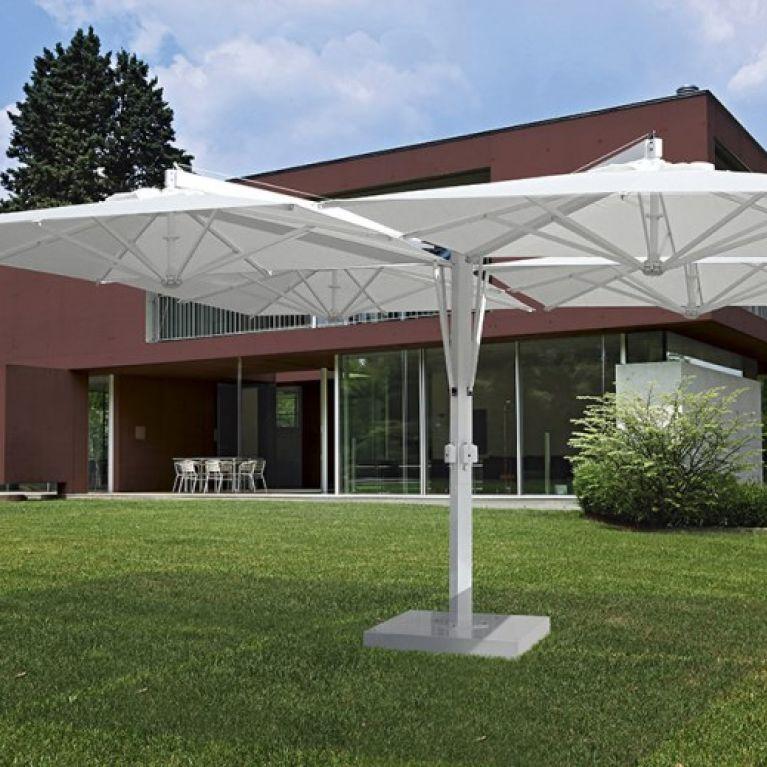 ombrellone bianco su prato
