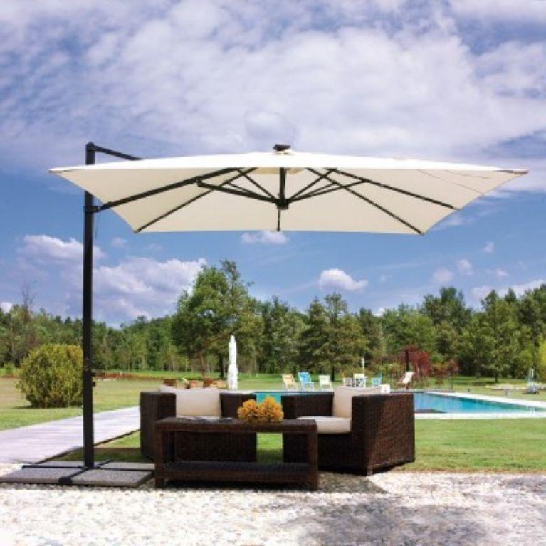 ombrellone bianco sopra mobili da giardino con piscina su sfondo