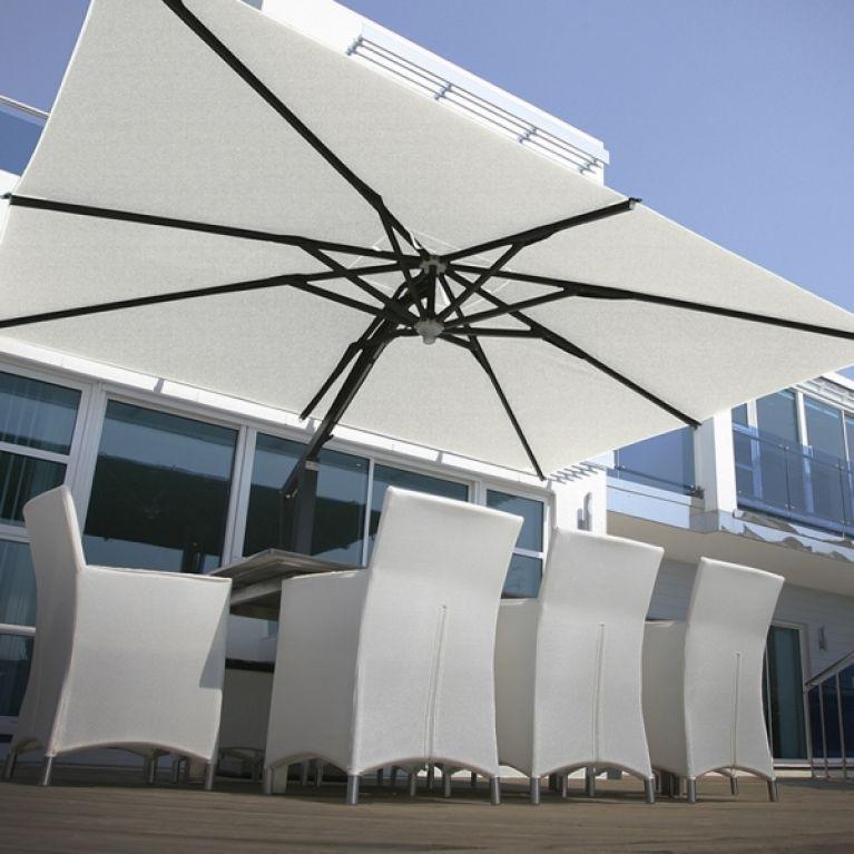 ombrellone bianco sopra poltrone da esterno bianche