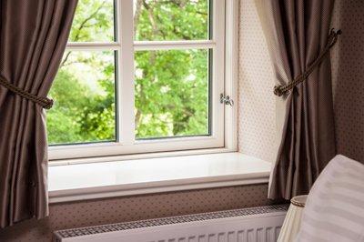 finestra con tende