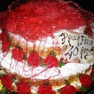 torta rossa con rose