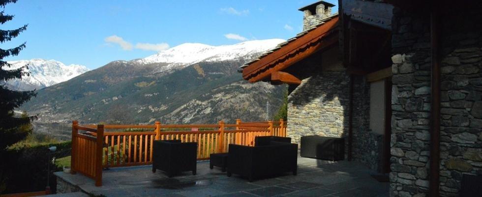 terrazzo di casa in pietra con vista panoramica