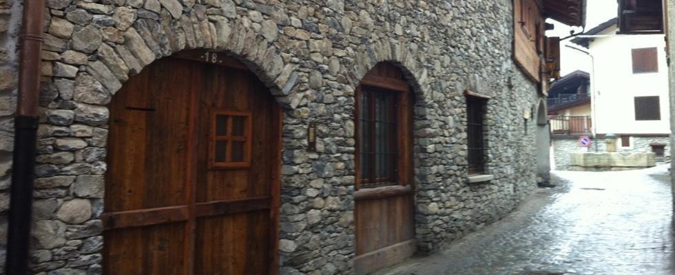 facciata in pietra di una casa