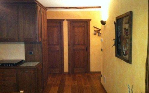 corridoio con due porte in legno