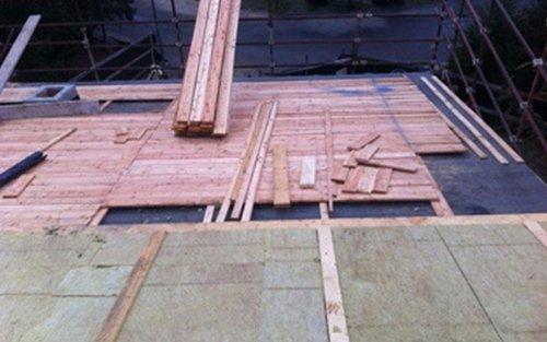 costruzione di un tetto con legno