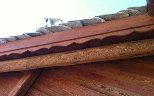 angolo di tetto con parete in legno