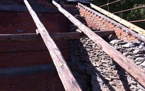 costruzione di tetto di una casa