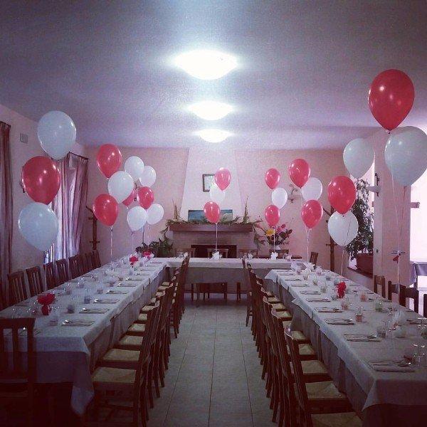 sala ristoro arredata con palloncini colorati