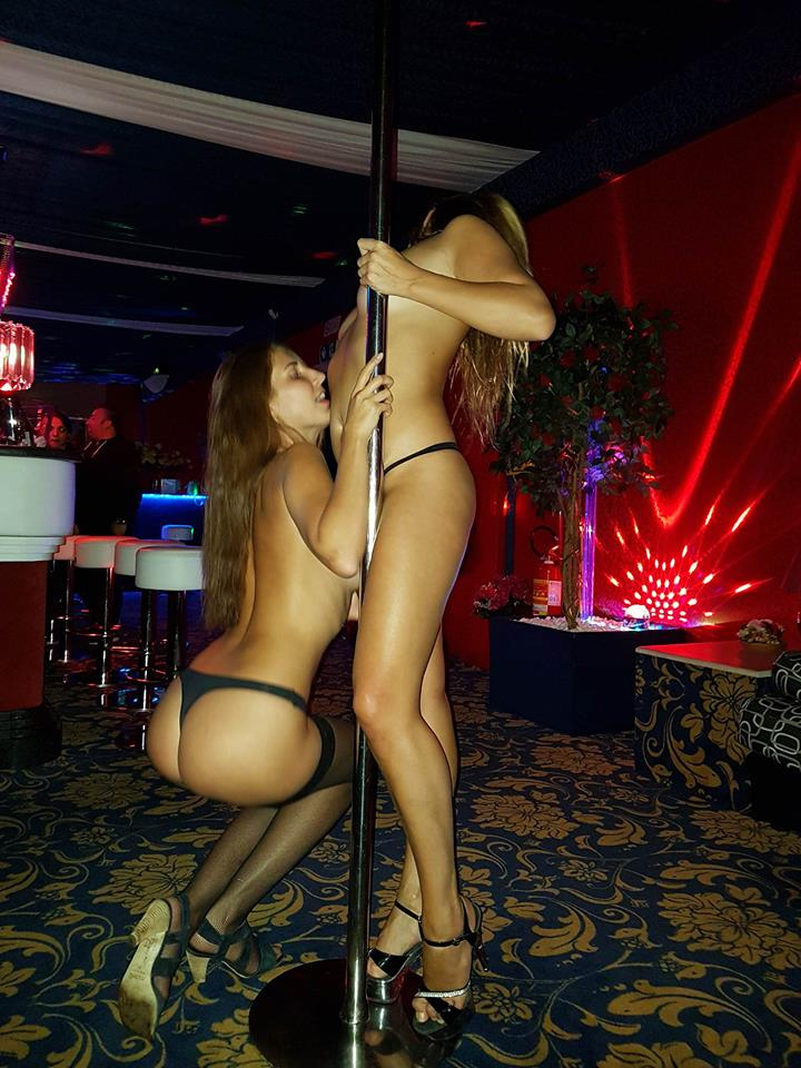 donne ballano nude intorno al palo
