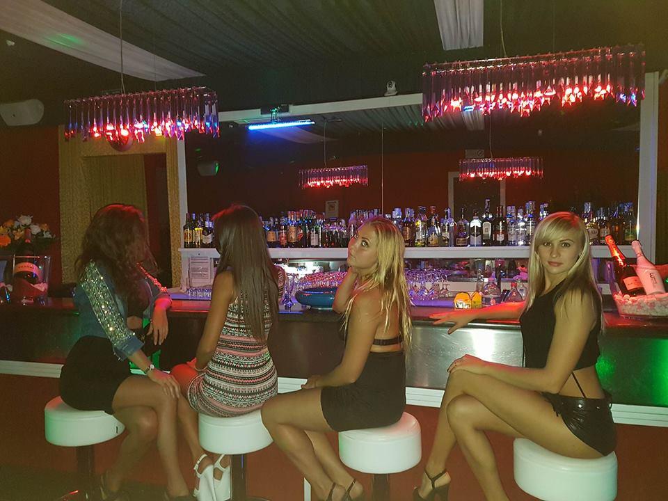 donne sedute al bancone del bar