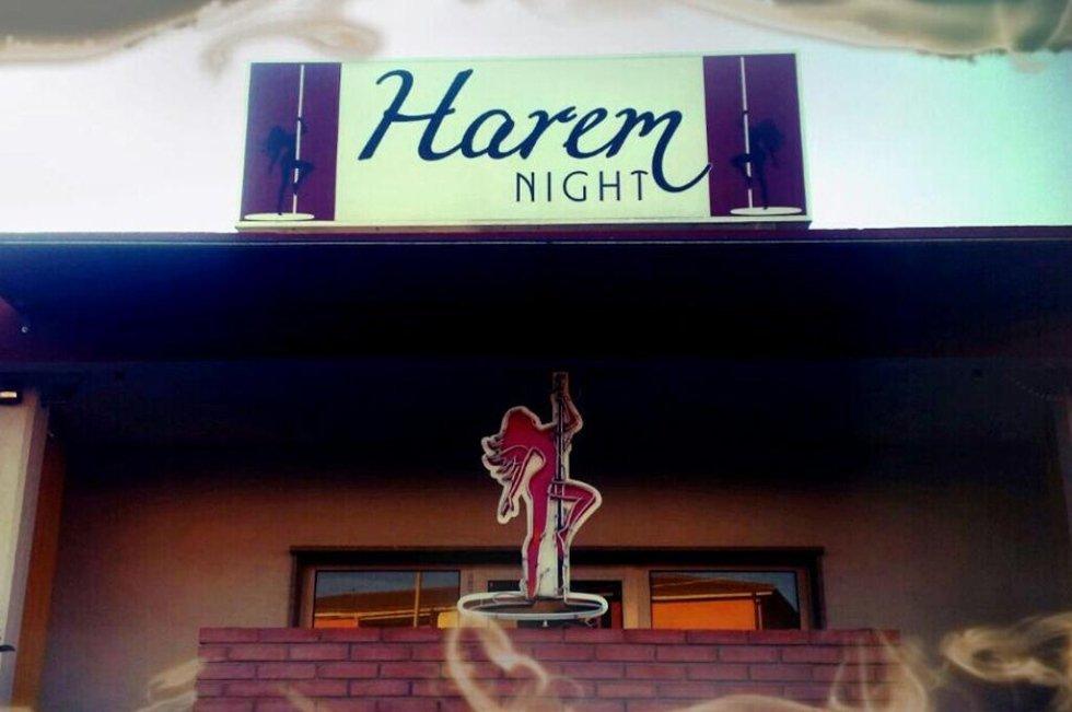 Insegna del locale Harem Night