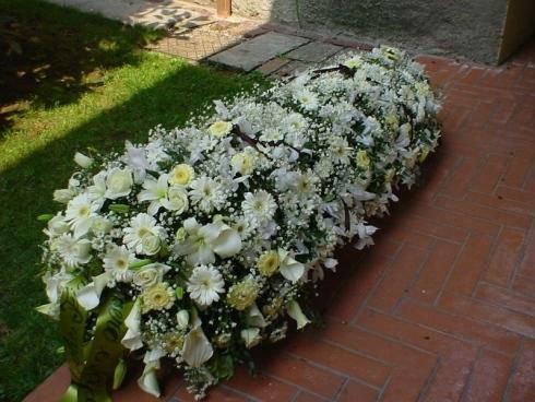 un bouquet lungo di fiori bianchi