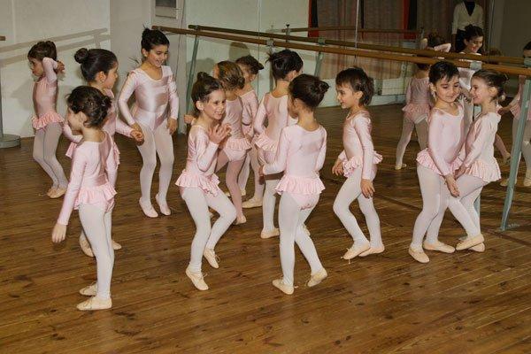 delle bambine ballerine in piedi in una sala prove di danza