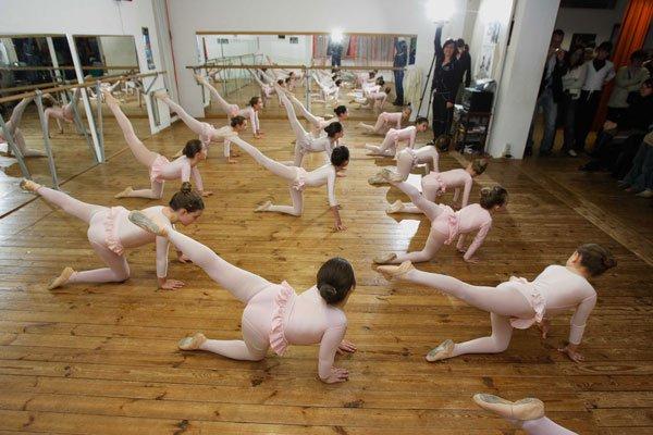 delle bambine ballerine durante degli esercizi di danza