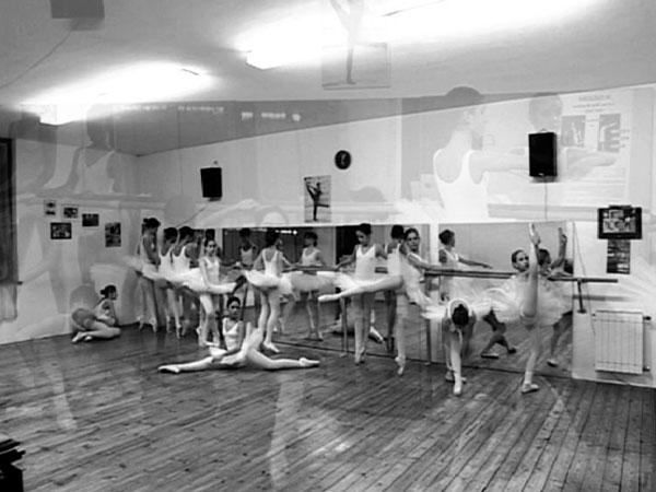 un'immagine in bianco e nero di alcune bambine che danzano