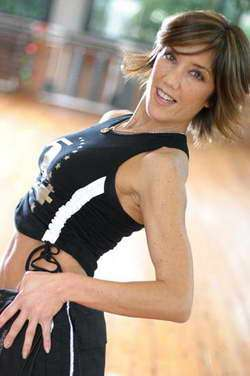 Una ballerina in posa sorridente
