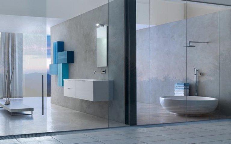 bagno con parete a specchio