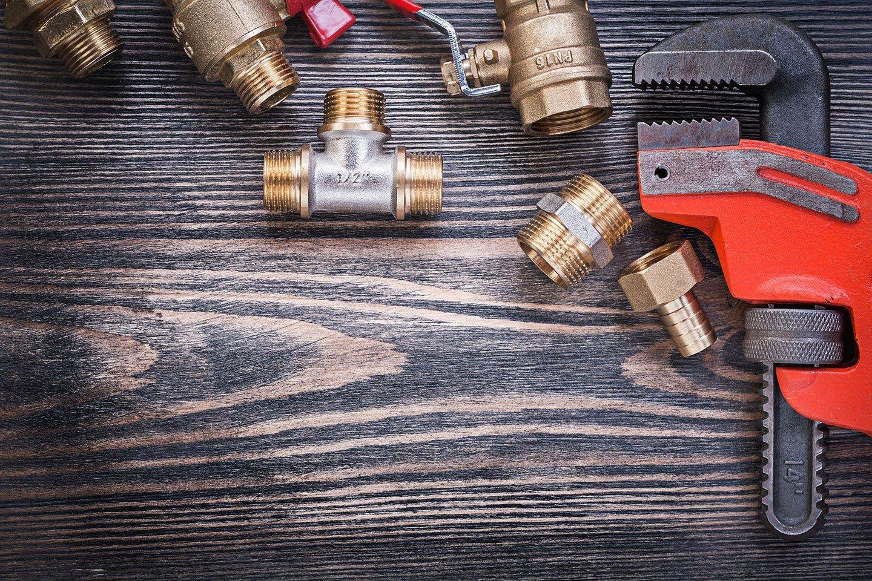Set di strumenti idraulici su tavola di legno
