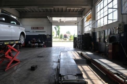 Officina meccanica per vendita e sostituzione pneumatici